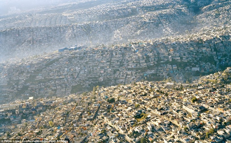 La vista sulla metropoli iperurbanizzata di Città del Messico (con più di 20 milioni di abitanti)