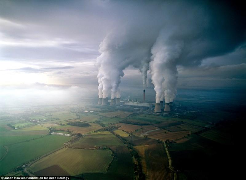 Una centrale elettrica contamina l'aria con i suoi scarichi