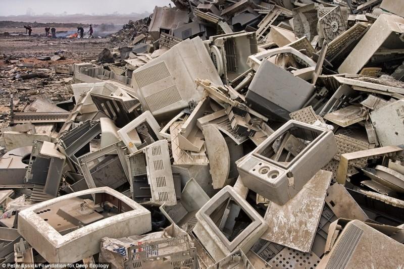 Tonnellate e tonnellate di rifiuti elettronici finiscono nei paesi in via di sviluppo per il recupero di metalli preziosi