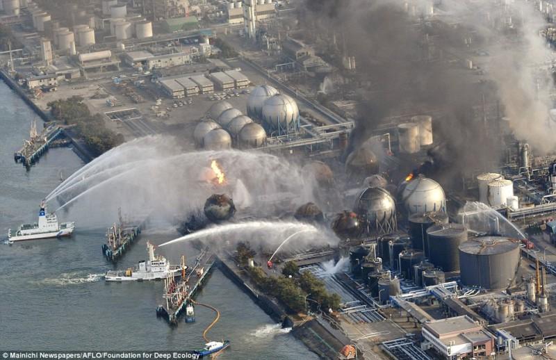 Una centrale brucia colpita dallo tsunami in Giappone: vani i tentativi di spegnere l'incendio