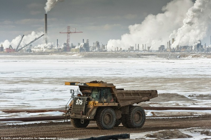 Un camion trasporta un carico di sabbie bituminose utilizzato per le lavorazioni industriali