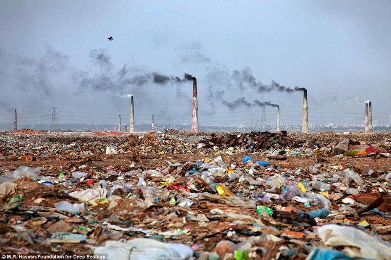 Un impianto di incenerimento dei rifiuti in Bangladesh