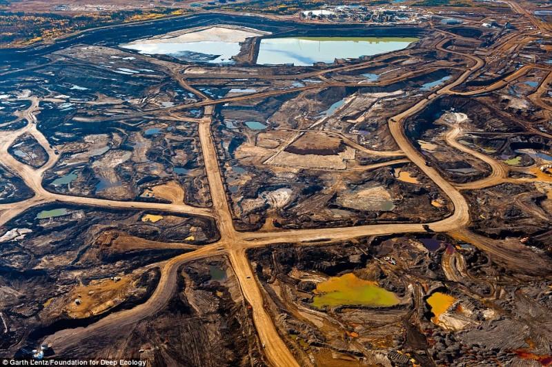 Le cicatrici lasciate dalla estrazione di sabbie bituminose nella provincia canadese di Alberta